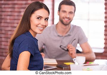 schöne , schauen, während, frau, sie, sitzen, erfolgreich, candidate., aus, junger, schulter, heiter, arbeit, lächeln, front, tisch, mann