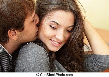 schöne , seine, küsse, junger, freundin, mann