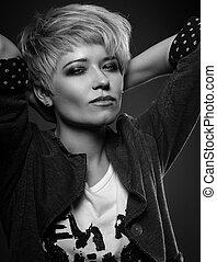schöne , sexy, großspurig, frau, mit, kurz, bob, blond, frisur, in, mode, jacke, auf, grau, hintergrund., closeup, portrait., schwarz weiß