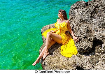 schöne , sommer, frau, concept., sonnig, urlaub, gelber , kueste, tropische , brünett, meer, day., kleiden