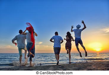 schöne , sommer, gruppe, tanzende menschen, junger, sonnenuntergang- strand, glücklich