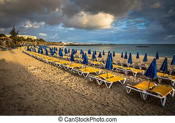 schöne , sonne- ruhesessel, sandstrand, sonnenschirme