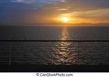 schöne , sonnenuntergang, oben, water., ansicht, von, deck, von, segeltörn, ship., schiene, in, heraus, von, fokus.