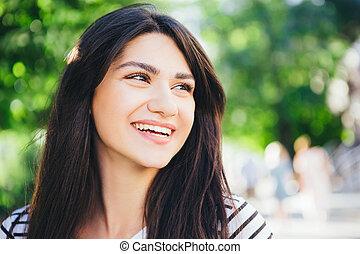 schöne , stadt, brünett, raum, text., gegen, hintergrund., grün, lächeln, close-up., m�dchen, weißes
