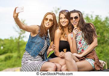 schöne , stadt, frau essen, selfie, -, drei, eis, friends., am besten, creme