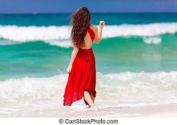 schöne , stehende , frau, kueste, tropische , meer, kleiden, rotes