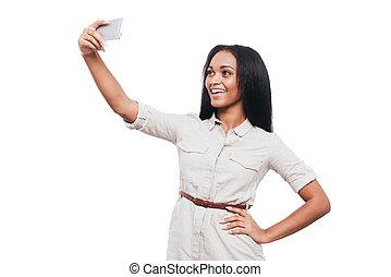 schöne , stehende , frau, sie, selfie, afrikanisch, junger, gegen, telefon, während, hintergrund, time., machen, weißes, lächeln, klug