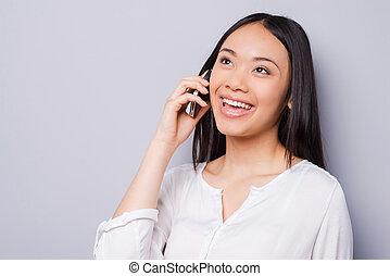 schöne , stehende , frau, talk., sprechende , beweglich, junger, gegen, grau, telefon, während, guten, asiatisch, hintergrund, lächeln