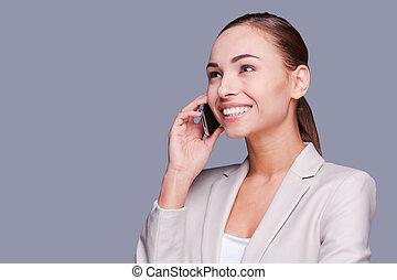 schöne , stehende , talk., geschaeftswelt, sprechende , beweglich, geschäftsfrau, junger, gegen, grau, telefon, während, hintergrund, lächeln