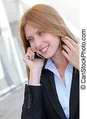 schöne , verkäuferin, reden mobiltelefon
