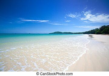 schöne , weißes, sandiger strand, mit, kristall netto, blaues wasser, blau, himmelsgewölbe