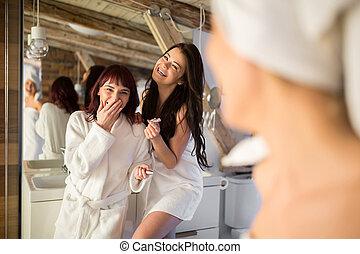 schöne , weibliche , freunde, lachen, in, badezimmer