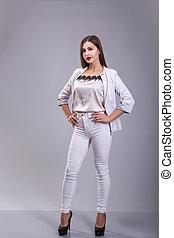 schöne , weibliches modell, angekleidet weiß, aus, grauer hintergrund