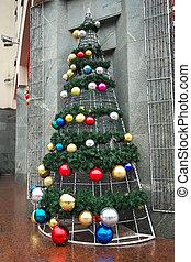 schöne , weihnachtsbaum, dekoriert, mit, bunte, kugeln, satz, stadt