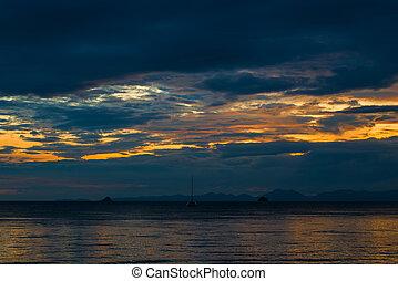 schöne , wolkenhimmel, himmelsgewölbe, aus, -, urlaub, sonnenuntergang, meer, während, thailand, ansicht