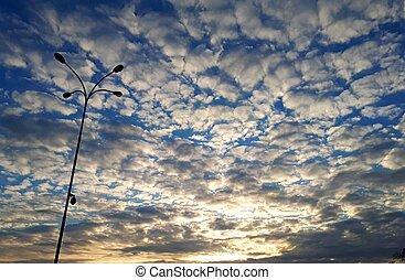 schöne , wolkenhimmel, in, der, blauer himmel, an, sonnenuntergang, zeit, auf, dieser, hintergrund, taschenlampe