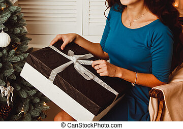 schöne, Zimmer, Geschenk, baum, junger, hintergrund, jahr, neu, m�dchen, Weihnachten, öffnet