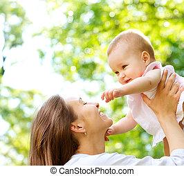 schönes baby, outdoors., mutter natur
