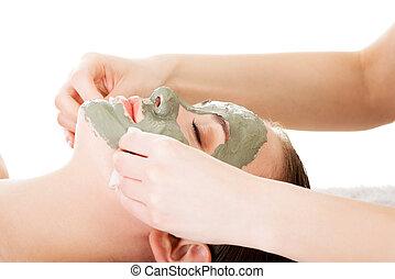 schönheitsbehandlung, in, spa, salon., frau, mit, gesichtsbehandlung, tonerde, mask.