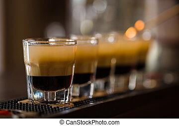 schüsse, mit, rum, und, schnaps, in, cocktail, klub