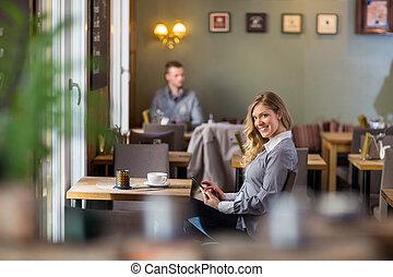 schangere frau, gebrauchend, digital tablette, an, coffeeshop