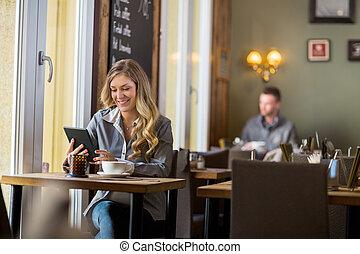schangere frau, gebrauchend, digital, tisch, in, café