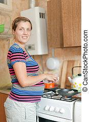 schangere frau, kochen essen