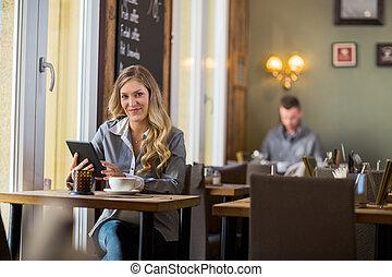 schangere frau, mit, digital tablette, tisch