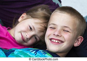 schattig, blanket., blonde , verticaal, het glimlachen van het meisje, concept., zuster, twee, onschuldig, onder, siblings, kleurrijke, gelukkig, kinderen, jongen, close-up, het leggen, broer, bed, slordig, kleine, vriendschap, kindertijd