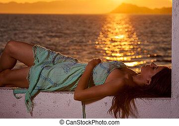 schattig, brunette, relaxen, aan het strand