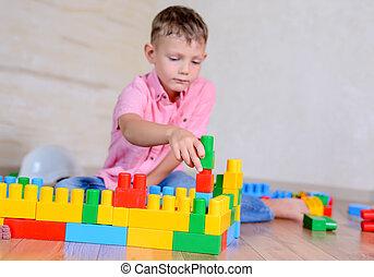 schattig, brutaal, jonge jongen, spelend, met, bouwstenen