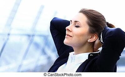 schattig, buiten, relaxen, zakelijk, jonge vrouw , verticaal