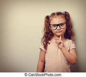 schattig, denken, ouderwetse , het kijken, zeker, verticaal, meisje, eyeglasses., geitje