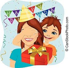 schattig, eyes, cadeau, haar, bedekking, geven, verrassing, jubileum, zoon, jarig, moeder, feestje