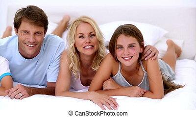 schattig, gezin, het glimlachen, op, de, fototoestel, t