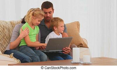 schattig, gezin, kijken naar, een, draagbare computer