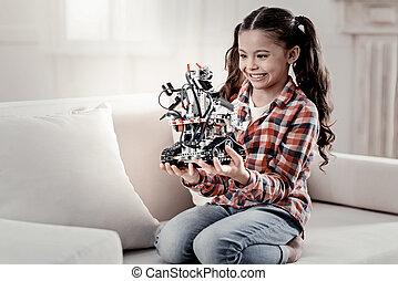 schattig, het glimlachen meisje, spelend, met, een, robot
