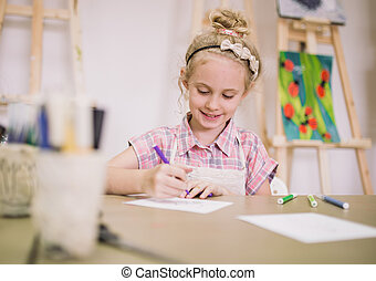 schattig, het glimlachen, verlekkeert, creatief, meisje, studio, tafel, blonde, seven-year-old