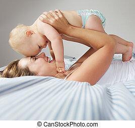 schattig, jonge, het koesteren, moeder, baby, verticaal, vrolijke