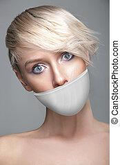 schattig, jonge vrouw , met, witte , band, op de mond