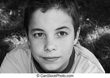schattig, jongen, het glimlachen, aan fototoestel, in het park, op, een, zonnige dag