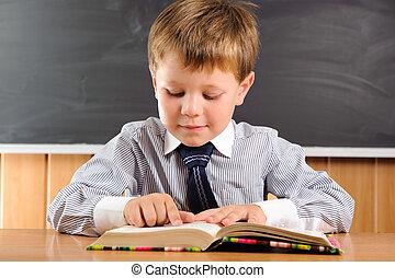 schattig, jongen, met, boekjes , op, de, bureau