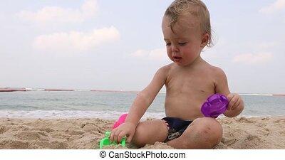 schattig, jongen, speelgoed, baby, strand, spelend