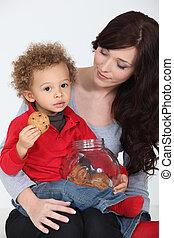 schattig, kind eten, koekjes, op, zijn, moeder, schoot