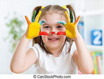 schattig, kind, hebben vermaak, schilderij, haar, handen