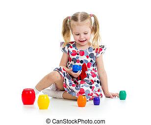 schattig, kind, meisje, spelen met speelgoed, vrijstaand, op, witte