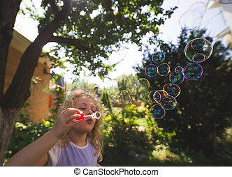 schattig, klein meisje, is, blazen, een, zeep, bubbles.