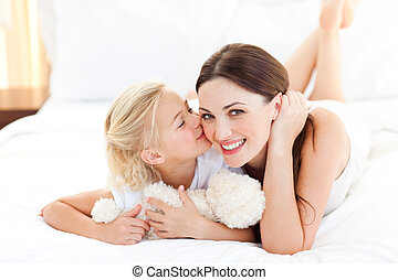 schattig, klein meisje, kussende , haar, moeder