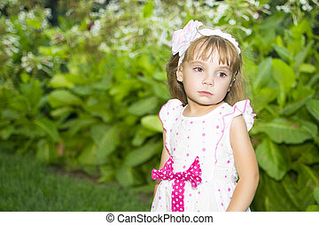 schattig, klein meisje, op, de, weide, in, zomer dag