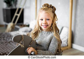 schattig, klein meisje, paardrijden, een, speelgoed paard